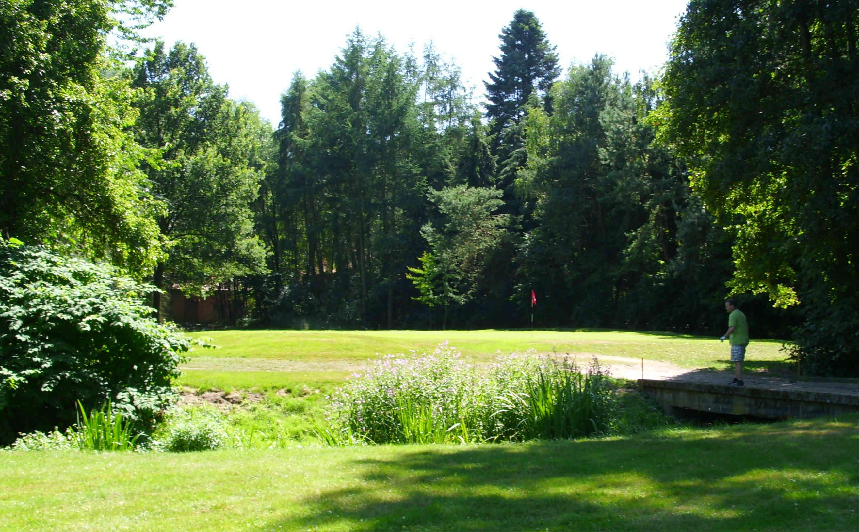 Der Platz ist im Grünen gelegen und hat einen starken Baumbestand. (Foto: Warendorfer GC An der Ems)