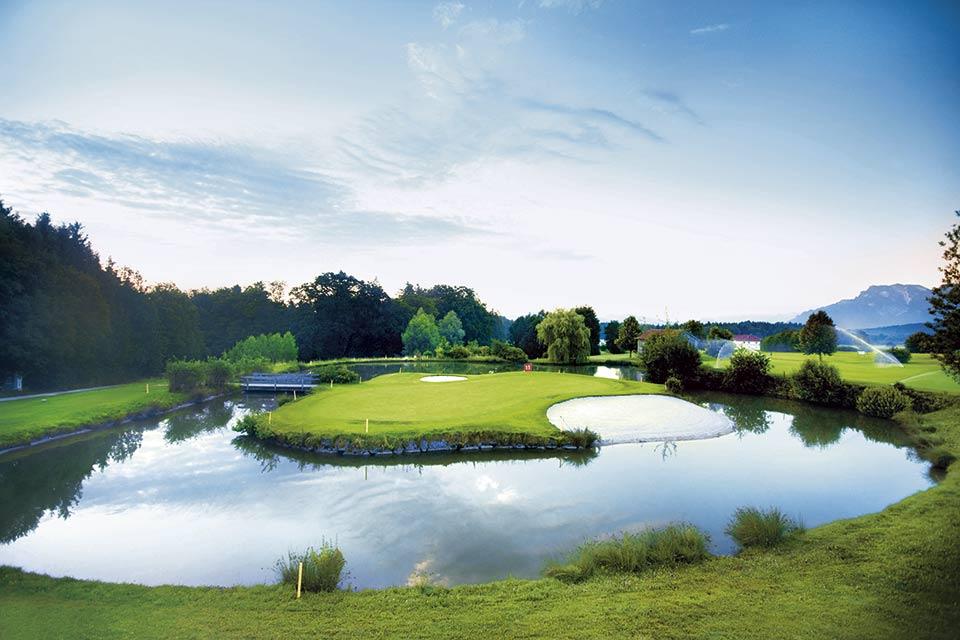 Das Inselgrün des Clubs stellt Golfer vor eine Herausforderung und erfordert ein präzises Spiel. (Quelle: GC Berchtesgadener Land)