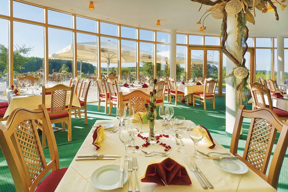 Im Panoramarestaurant können Sie sich kulinarisch verwöhnen lassen und den Ausblick genießen. (Quelle: GC Berchtesgadener Land)