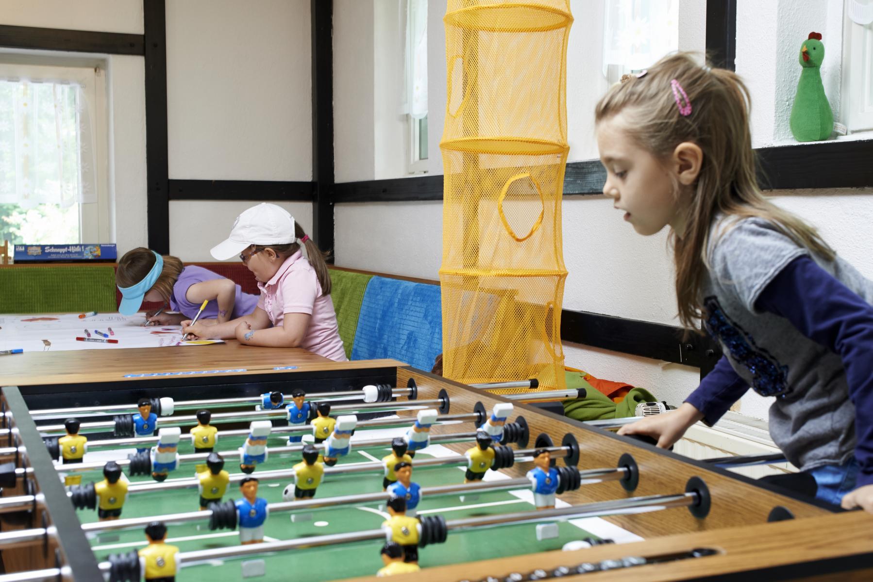 Die Kinder werden beschäftigt während die Eltern golfen.