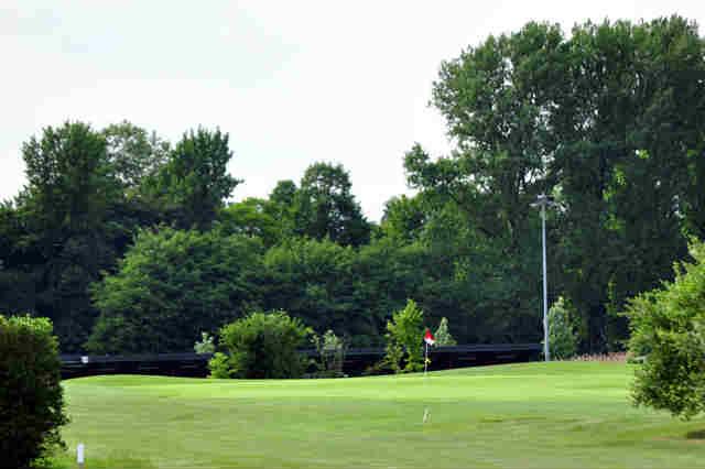 Viele Büsche und Bäume zieren die Fairways am Golfclub Schloß Horst (Quelle: Golfclub Schloss Horst)
