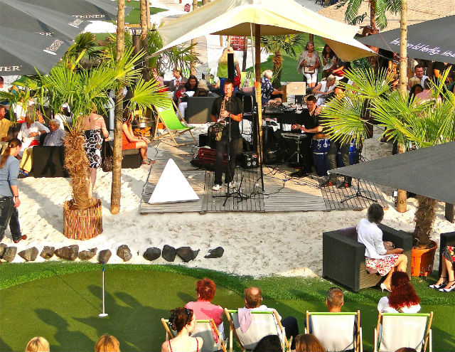 Im Sommer gibt es Live-Music und gute Laune. (Foto: Golf Lounge Hamburg)