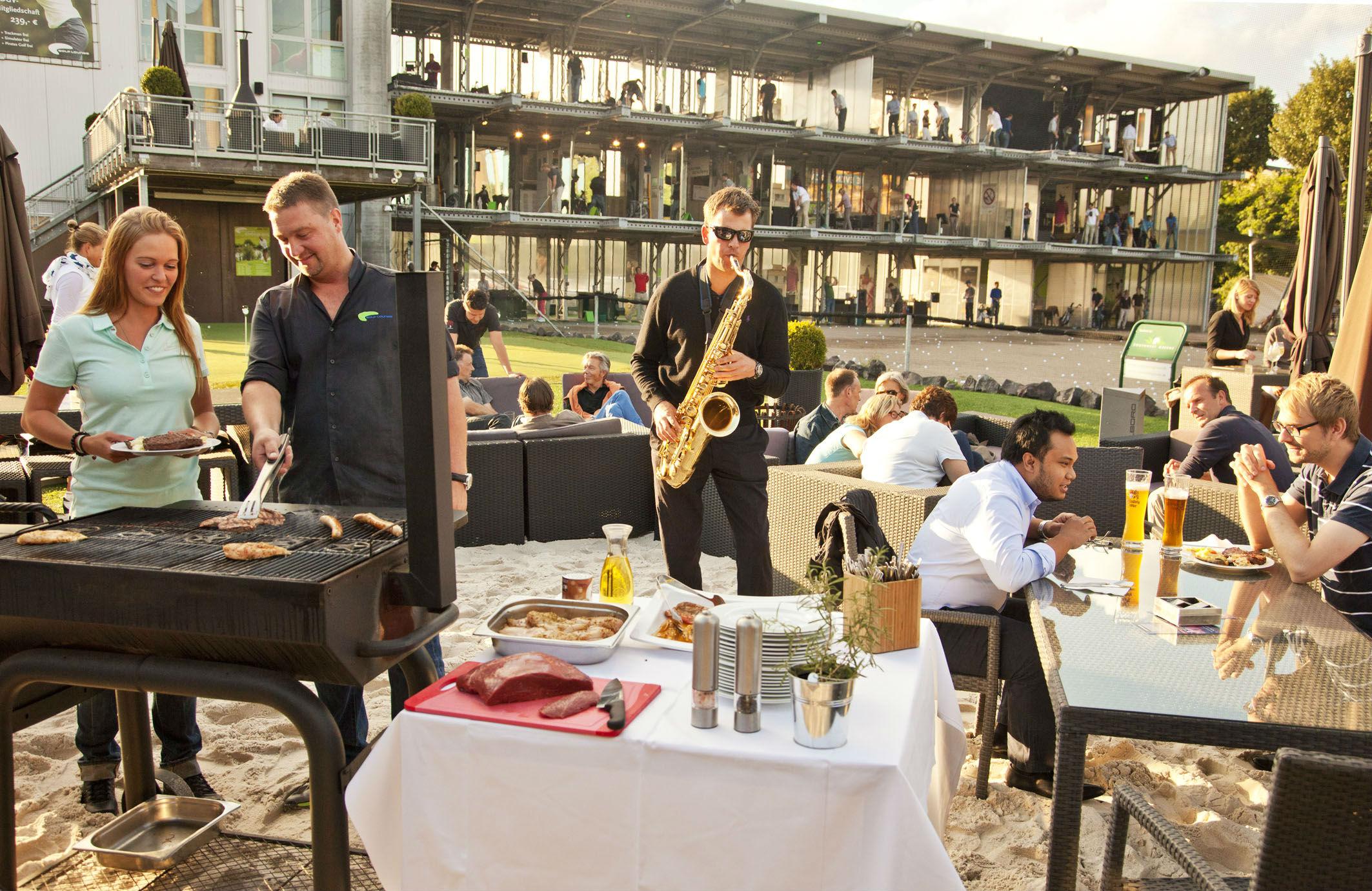 Echte Beachparty Atmosphäre in der Golf Lounge Hamburg. (Foto: Golf Lounge Hamburg)