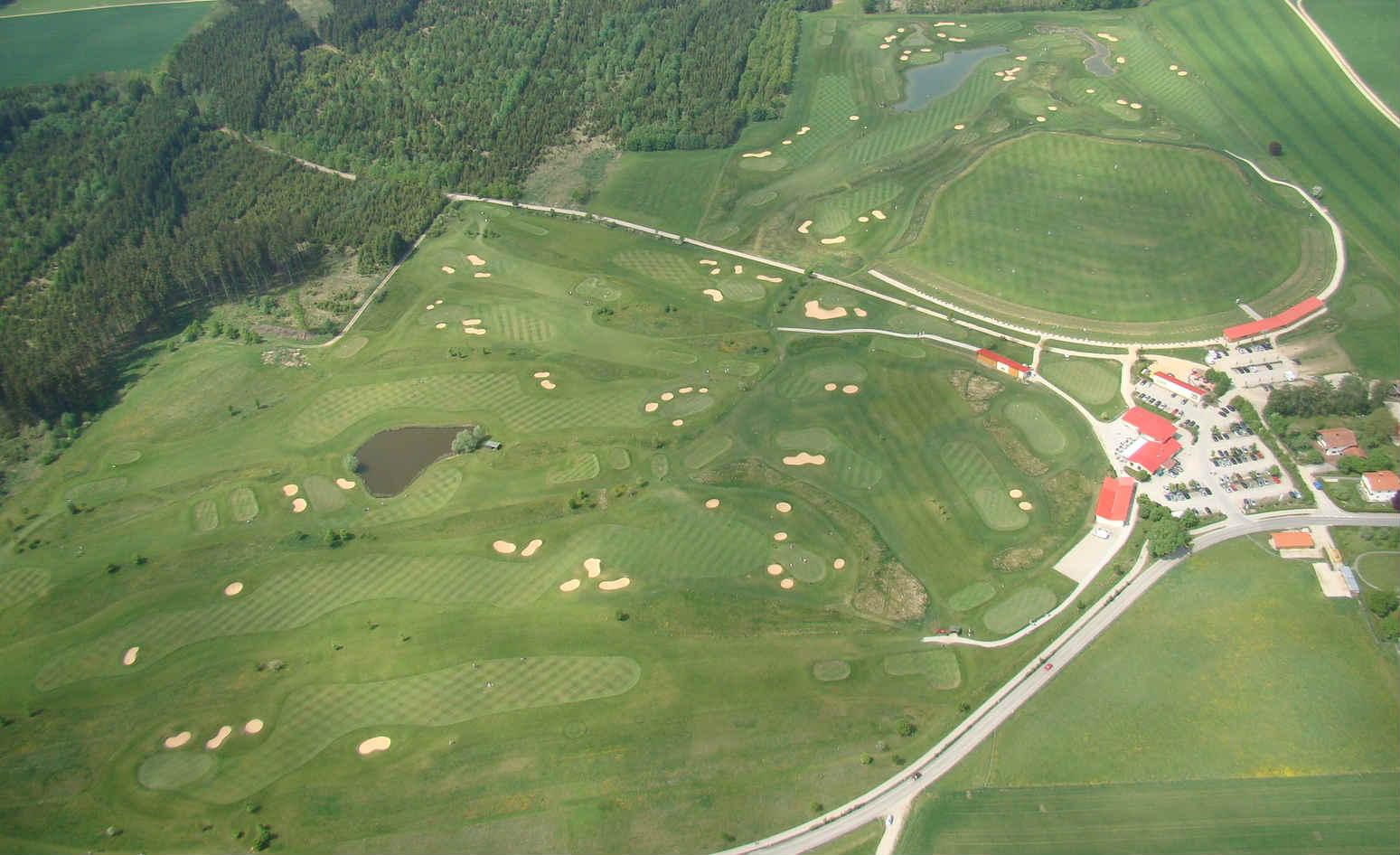 Die Anlage verfügt über zwei 9-Loch Plätze und einen 3-Loch Übungsplatz. (Foto: GolfRange München-Brunnthal)
