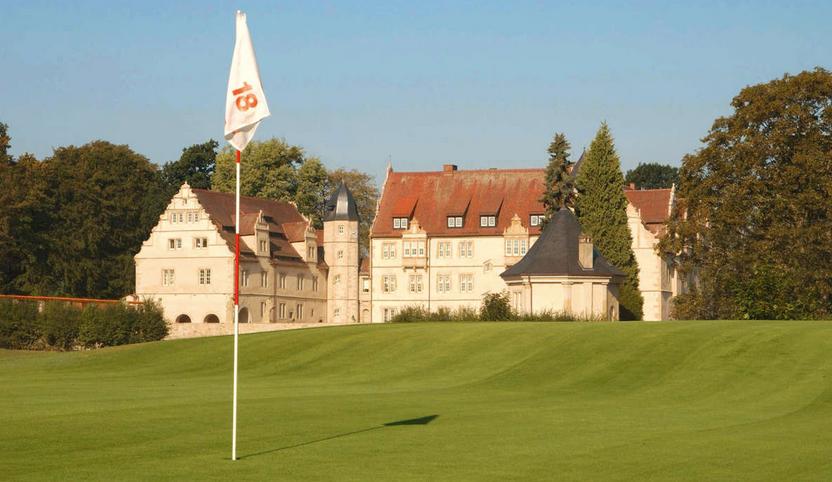 Loch 18 vom Hamelner Golfclub Schloss Schwöbber bietet einen wundervollen Ausblick auf das Schloss. (Quelle: Hamelner Golfclub Schloss Schwöbber)