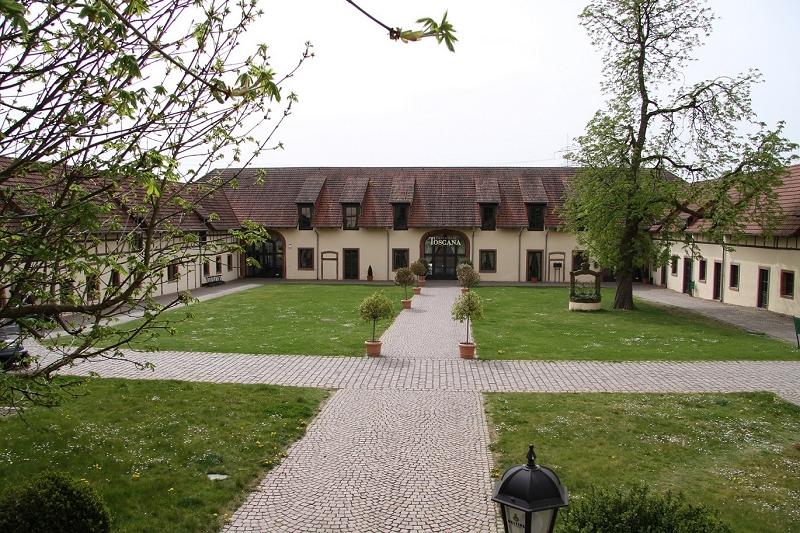 Das Hofgut Trages aus dem 14. Jahrhundert liegt am Rande des Naturparks Hessischer Spessart. (Foto: Golfpark Trages)