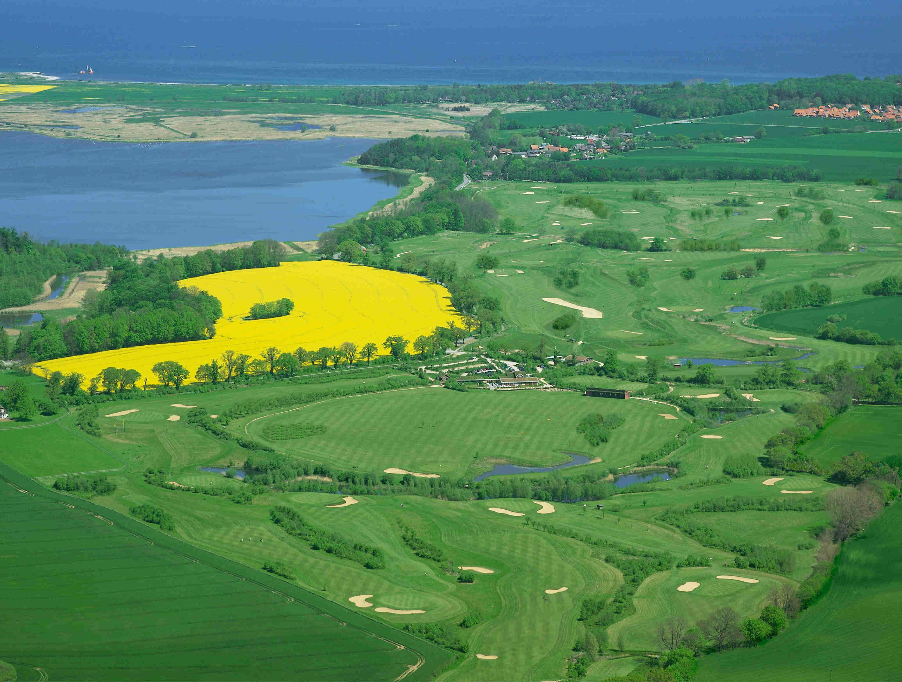 Ein Luftbild gewährt einen Blick über die gesamte Golfanlage. (Foto: GC Hohwacht)