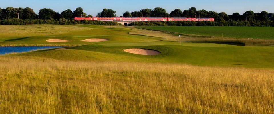 Ein typisches Bild für Golf City. Golfplatz und Großstadt sorgen für idyllisches Urban-Feeling.(Foto:Golf City Pulheim)