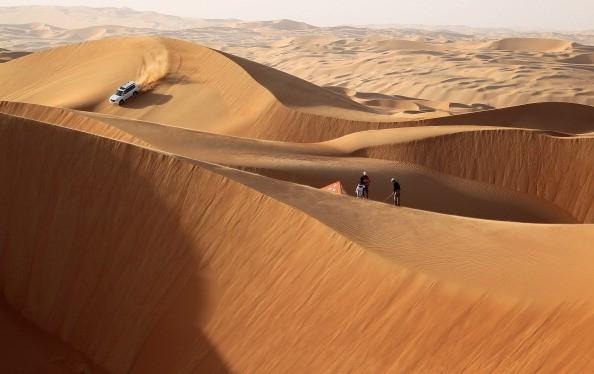 <h2>Abschlag in den Dünen</h2> Das Sandmeer der Liwa Wüste im Landesinneren liefert ebenfalls einen atemberaubenden Anblick. Während der Drive von Martin Kaymer elegant in die Dünen segelt, dreht ein Jeep spektakuläre Schleifen auf einer Sand-Rampe. Ein Ausflug in die raue Wüste lohnt sich jedoch nicht nur, um ein paar Bälle zu schlagen.<br>(Foto:Getty)