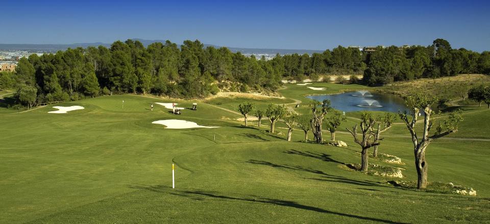 Oben auf dem Abschlag von Loch 17, dem höchsten Punkt des Golfplatzes, lässt die Aussicht ein Golferherz höher schlagen. (Foto: Arabella Son Quint)