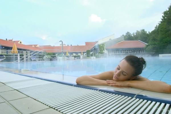<h2>Entspannung in Bad Griesbach</h2> Das Bad Griesbacher Thermalwasser kommt mit bis zu 60° Celsius aus den Tiefen des Rottals.