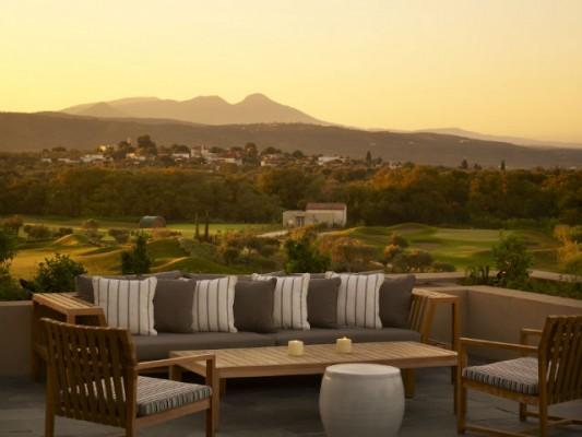<h2>Das Restaurant Flame</h2>Die weitläufige offene Terrasse bietet faszinierende Ausblicke über den Dunes Course und die Landschaft Messeniens (Foto: Costa Navarino).