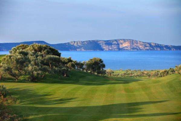 <h2>Bay Course Loch 12</h2>Die 140 Hektar große Anlage bietet ein atemberaubendes  Panorama auf das Ionische Meer (Foto: Costa Navarino).