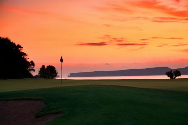 <h2>Romantische Golfrunde</h2>Aufgrund der Westlage des Courses lassen sich spektakuläre Sonnenuntergänge besonders gut am 2. Loch des Bay Courses verfolgen (Foto: Costa Navarino).