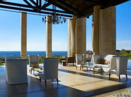 """<h2>Die Romanos Lobby</h2>Das luxuriöse """"Romanos"""" thront herrschaftlich über der Navarino Bucht (Foto: Costa Navarino)."""