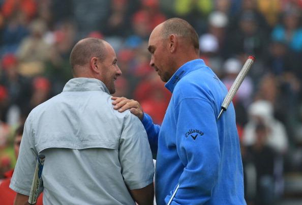 Gönnen können: Björn tröstet Lee, dem im Playoff nur knapp sein erste Sieg auf der European Tour durch die Lappen ging. (Foto: Getty)