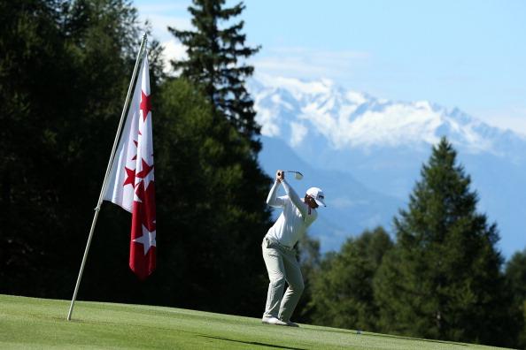 ... genießen die Golfpros eine grandiose Bergkulisse. (Foto: Getty)