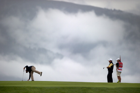 Lee Westwood aus England beobachtet bei aufziehendem Nebel den US Open Champion Rory McIlroy am siebten Loch. (Foto: Getty)