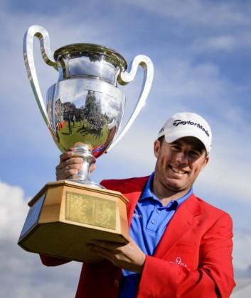 Anschließend reckt er triumphierend den Pokal in die Luft. (Foto: Getty)