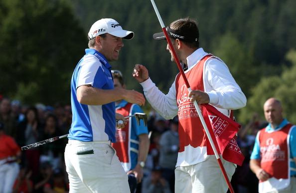 ... das Turnier in den Alpen für sich entscheiden. Hier freut er sich am letzten Loch mit seinem Caddie. (Foto: Getty)