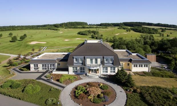 Von der Terrasse des Clubhauses haben Gäste einen fantastischen Blick auf Grün 9 und 18. (Foto: GC Dreibäumen)