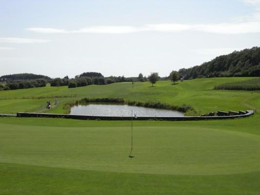 Beeindruckende Wasserhindernisse und gepflegte Bunker lassen eine Golfrunde zu einem besonderen Erlebnis werden. (Foto: GC Dreibäumen)