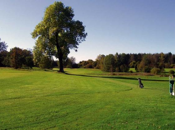 Eine Naturkulisse, wie sie nur selten auf deutschem Boden anzutreffen ist. (Foto: Golfclub Iffeldorf)