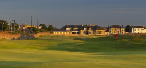 Prestwick Golf Club mit dem 18. Loch, dem Clubhaus