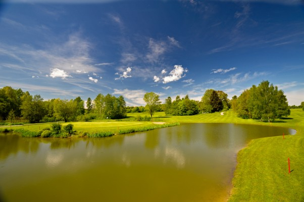 - Golfplatz in Egmating