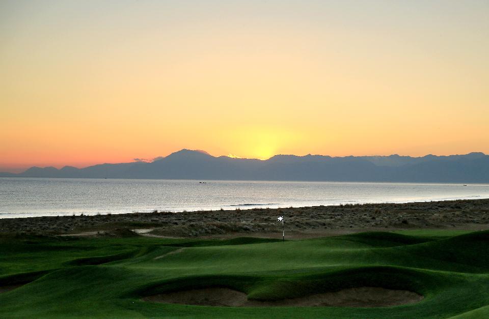 <h2>19 Plätze für Golfliebhaber</h2> Der Club Med Belek ist einer von insgesamt elf Golf Clubs in Belek, in denen 19 Plätze mit je 18-Löchern zur Verfügung stehen. Neben den perfekten klimatischen Bedingungen, die entspannte Runden in den Herbst- und Wintermonaten erlauben, überzeugen auch die moderaten Preise der angrenzenden Luxushotels und komfortablen Golfresorts sowie das traumhafte Panorama von Mittelmeer und Taurus-Gebirge.  <br>(Foto: Getty)