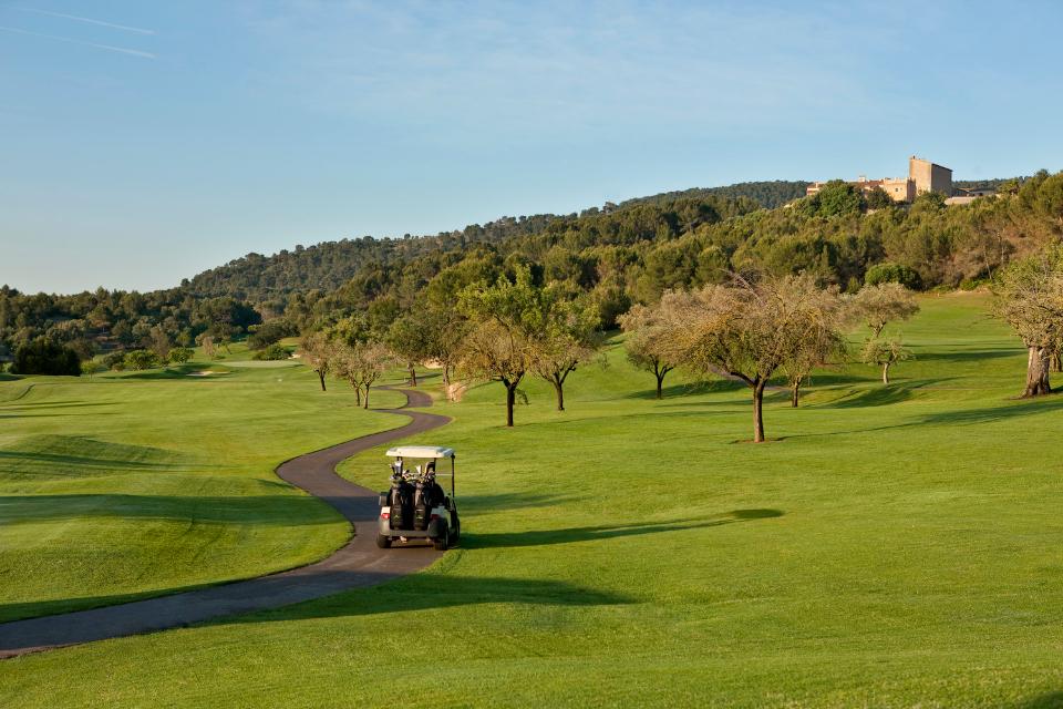 Für die Bewässerung der Fairways wurde eine 15 km lange Wasserleitung verlegt. Der Son Muntaner steht für sportliche Herausforderung und gilt in Golferkreisen als einer der anspruchvollsten und schönsten Golfplätze Mallorcas. (Foto: Arabella Golf Son Muntaner)