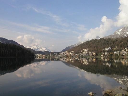 <h2>Heimliche Hauptstadt St. Moritz</h2> ... St. Moritz sein. Das malerische Alpendorf zählt zu den bekanntesten Wintersportgebieten der Alpen und ist nach wie vor eine der angesagtesten Destinationen des Jetset, ob bei Tag... (Foto: flickr.com/timo_w2s)