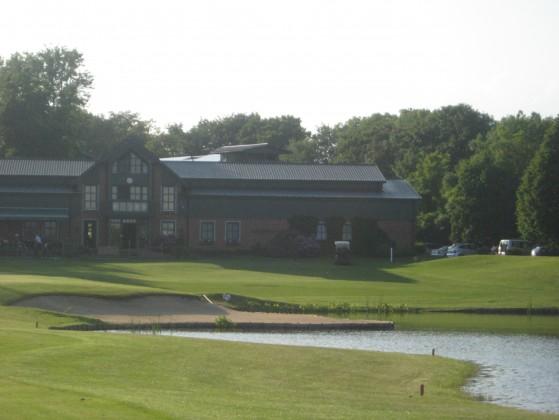 Der Blick auf's Grün und das Clubhaus an der 18. (Par 4, Foto: JW)