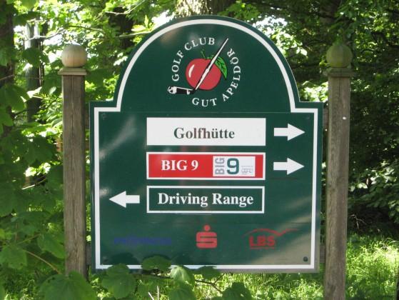 """Wegweiser zeigen, wo es lang geht. Von hier ist es nicht weit zum 9-Loch-Platz """"Big 9"""" und zur Driving Range. (Foto: JW)"""