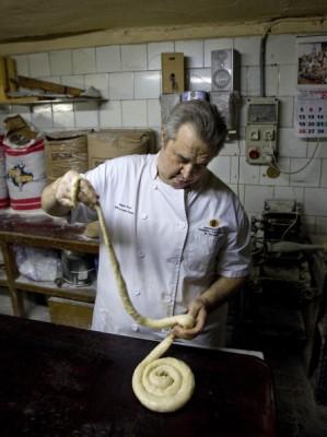 Morgens gibt es Ensaimadas, eine mallorquinische Spezialität aus Weizenmehrl, Eiern und Konfitüre oder Pudding. Serviert wird sie als zur Schnecke gerolltes Gebäck. (Foto: Getty)