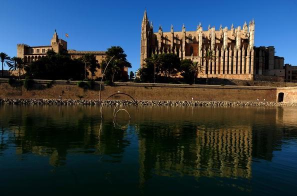 """<h2>Sehenswürdigkeiten auf Mallorca</h2> La Seu, die Kathedrale von Palma de Mallorca ist eine der Must-Sees der Insel. Sie ist die größte Kathedrale Spaniens und wird auch """"Kathedrale des Lichts"""" genannt. Bester Zeitpunkt für einen Besuch: morgens gegen 10 Uhr. Dann fällt die östlich stehende Sonne durch eines der größten Rosetten-Fenster der Welt. (Foto: Getty)"""
