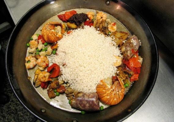Auf Mallorca wird gern mit Gemüse, Fisch, Olivenöl und anderen, mediterranen Zutaten gekocht. Deshalb fehlt auch die spanische Paella nicht auf der mallorquinischen Speisekarte. (Foto: Getty)