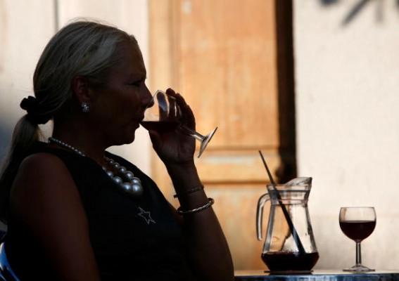<h2>Cocina Mallorquina</h2> Die spanische Siesta ist auch auf Mallorca üblich. Noch immer sehr beliebtes Getränk: Sangria. Kalt serviert, mit ein paar Orangen- und Apfelstücken ist sie eine fruchtig-liebliche Erfrischung. (Foto: Getty)