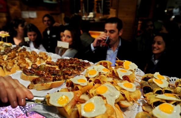 Spanische Tapas sind auch auf Mallorca ein gern geordertes Abendessen. Die Mallorquiner essen spät, etwa ab 20 Uhr. Dazu zu empfehlen: die Weine Montenegro, Callet, Cabernet Sauvignon und Tempranillo. (Foto: Getty)