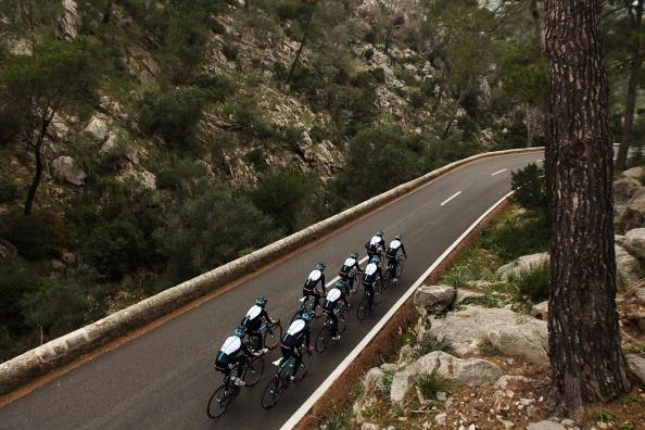 <h2>...Radsport auf Mallorcas Straßen</h2> ...Radfahrer haben die Insel aufgrund des milden Klimas und der abwechslungsreichen Landschaft für sich entdeckt. Wer sich ein Auto mietet, sei also gewarnt: Zweiräder sind im mallorquinischen Verkehr keine Seltenheit. Dazu sei gesagt: Auf Mallorca gilt ein nicht extra ausgeschildertes Überholverbot. Wer weniger als 200 Meter der Straße überblicken kann, muss hinterherfahren. (Foto: Getty)