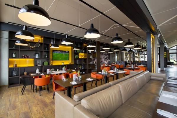 """Das Restaurant """"Genusswerkstatt"""" im Golfclub Fleesensee – neu gestaltete Inneneinrichtung und frische Streetfood-Küche."""