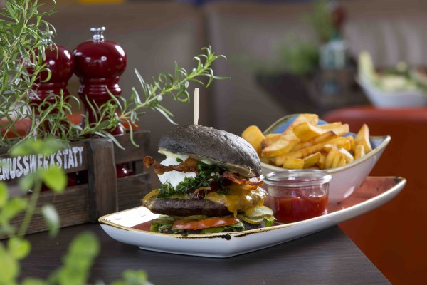Hausgemachte Burger und Pasta stehen auf der Speisekarte.