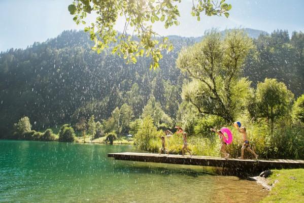 <h2>Der Afritzer See bei Feld am See</h2> Mit vielen Möglichkeiten zum Betreiben von Wassersport zieht der See jährlich viele Besucher in die Gegend. (Foto: Kärnten)