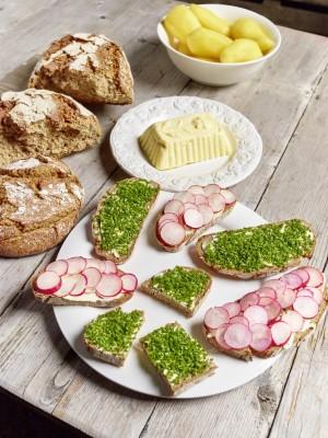 <h2>Gemma jausnan</h2> Eine rustikale Brotzeit gehört einfach dazu. Mit leckeren regionalen Spezialitäten und frisch gebackenem Brot kann man Kraft tanken. (Foto: Kärnten)
