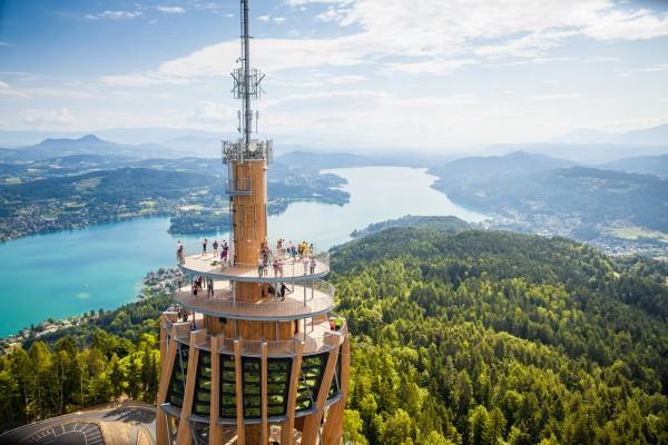 <h2>Auf dem Pyramidenkogel in luftiger Höhe</h2> Der weltweit höchste Holzaussichtsturm mit Europas größter Rutsche lädt zu einem spektakulären Blick über Kärnten in 70,6 Metern Höhe ein. (Foto: Kärnten)