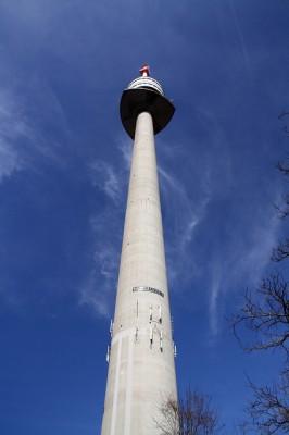 <h2>Donauturm</h2>Der 252 Meter hohe Donauturm. Mit Schnellliften geht es zum drehenden Aussichtsrestaurant auf über 160 Metern Höhe. Mutige können sich übrigens an Bungeeseilen nach unten stürzen. (Foto: Flickr@wpt1967)