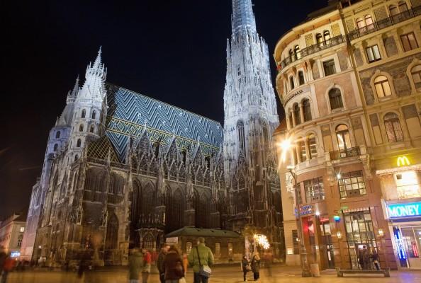 <h2>Stephansdom</h2>Der Stephansdom, Wahrzeichen der Stadt und eines der bedeutendsten Bauwerke der Gotik. Über 340 Stufen geht es nach oben – dann wartet ein atemberaubendes Panorama. (Foto: Getty)