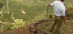 Retief Goosen inspiziert das19th Hole imLegend Golf & Safari Resort