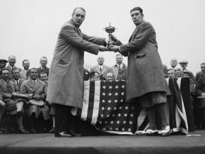 Samuel Ryder (links) mit dem berühmten Schnauzbart. Hier überreicht er 'seinen' Pokal an das siegreiche Team USA.