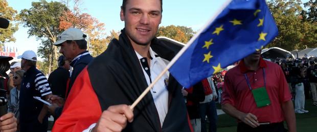 Die Deutschland-Fahne hat ihm sein Bruder vorsorglich mitgenommen: Martin Kaymer nach seinem alles entscheidenden Match. (Foto: Getty)